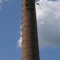 Zbiroh – bourání továrního komínu postupným rozebíráním